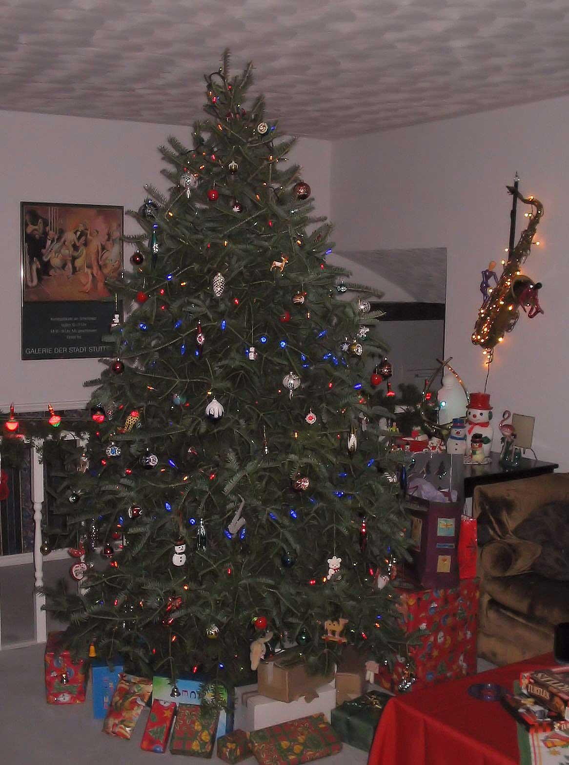 Christmas tree, saxophone as wall decoration, Christmas lights, tree ornaments, bubble lights